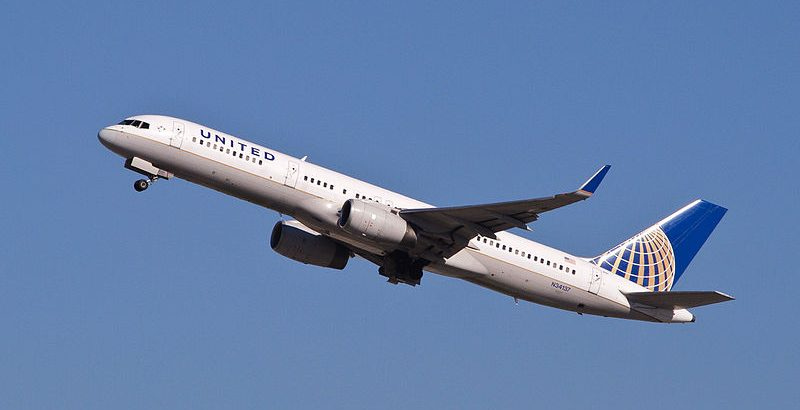 800px-United_Airlines_-_N34137_(8351583825)