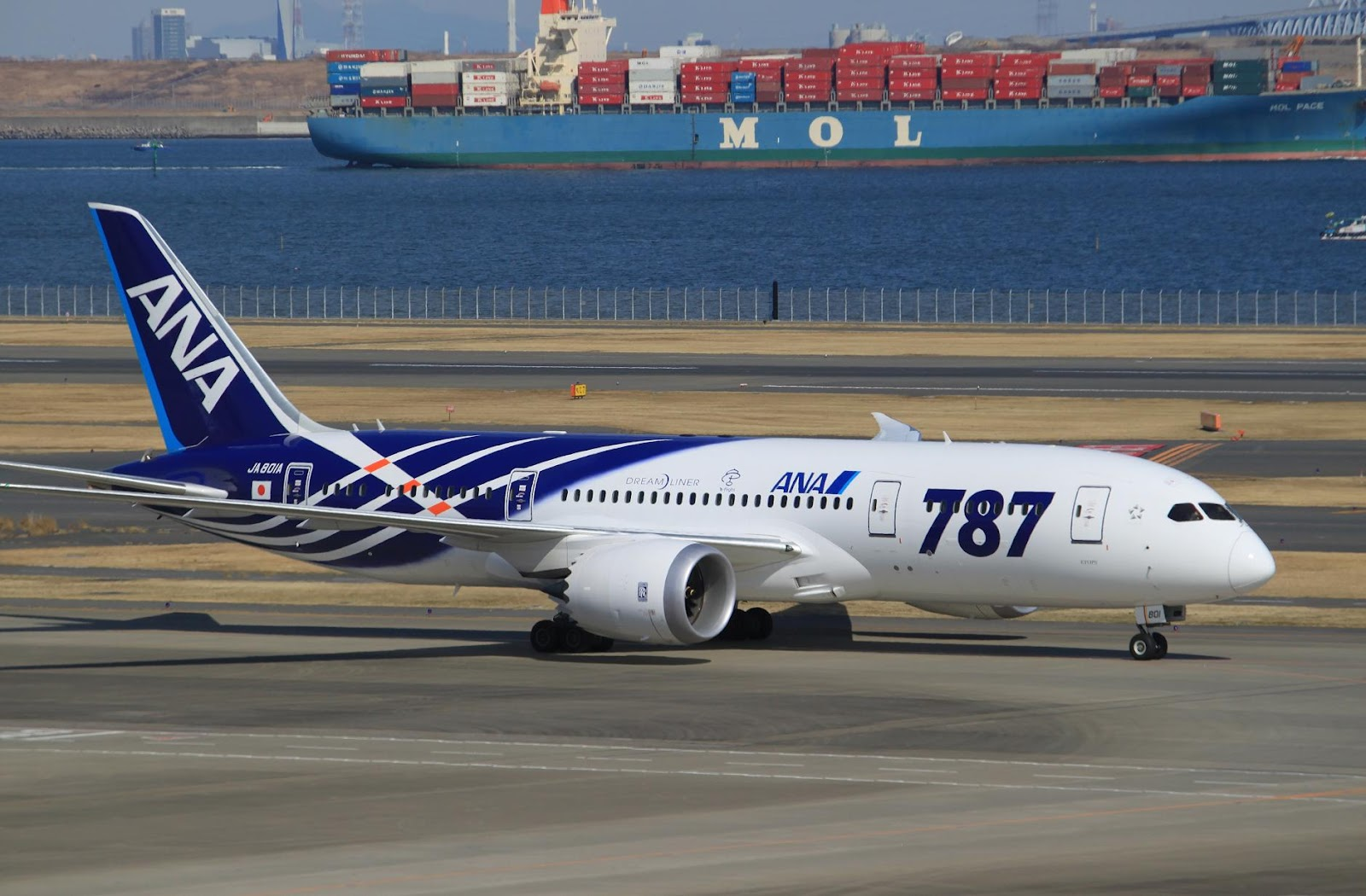 ana_boeing_787_dreamliner_taxiing