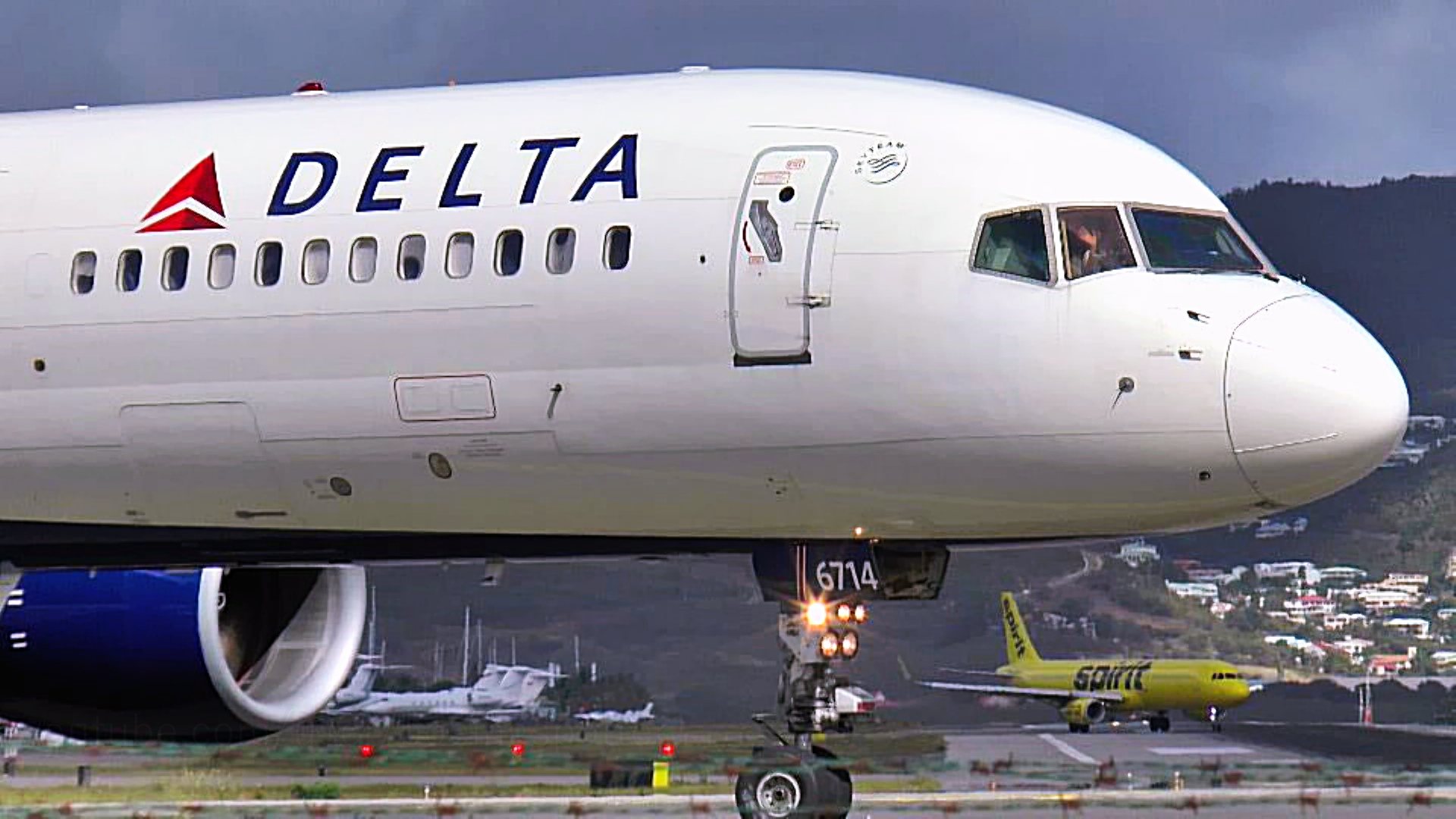 VIDEO Waving Pilots: American And Delta Airlines At St