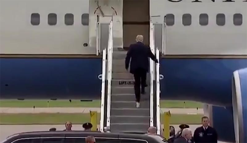 Video Trump Boards Air Force One With Toilet Paper Stuck