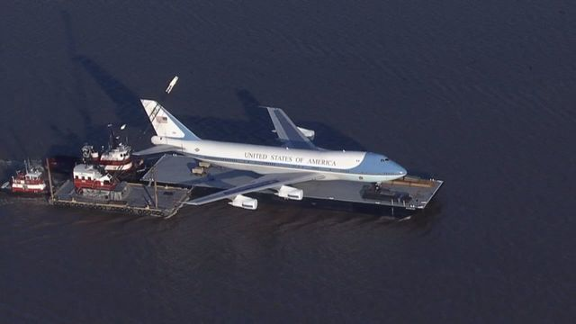 prix compétitif f1b57 7251d Air Force One seen being moved on a barge - Aviation news ...