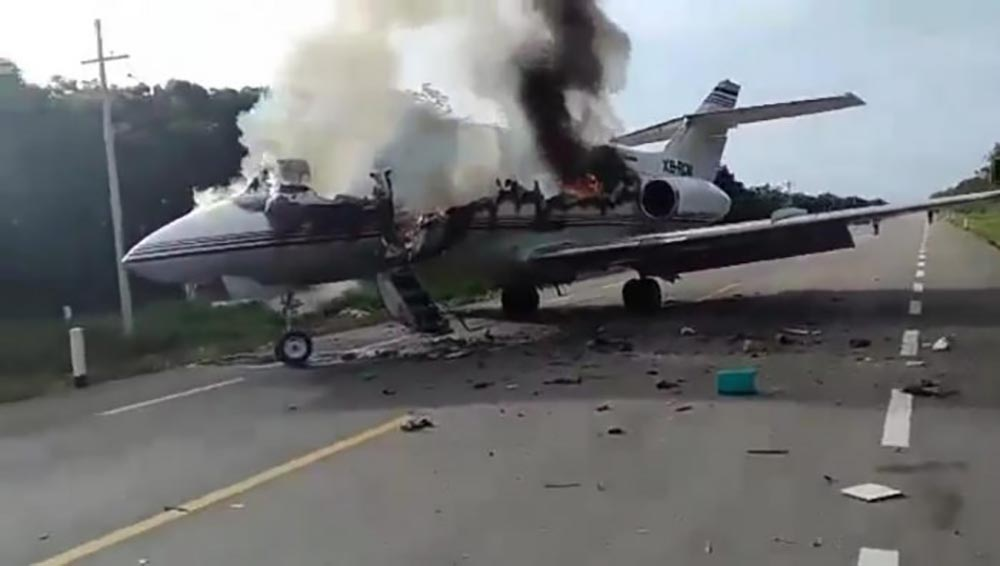 Mexican military open fire on a cartel plane carrying drugs after ...